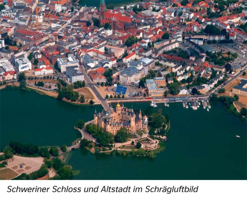   Schweriner Schloss und Altstadt im Schrägluftbild   Schwerin und Rostock - Stadtentwicklung   Karte 20/1